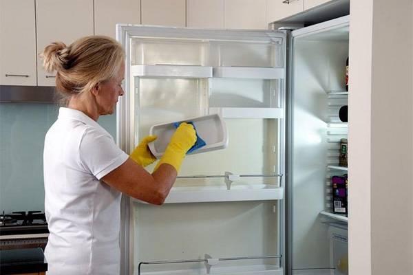 Мыть полки холодильника
