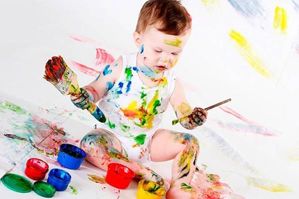 Испачканный в краске ребенок