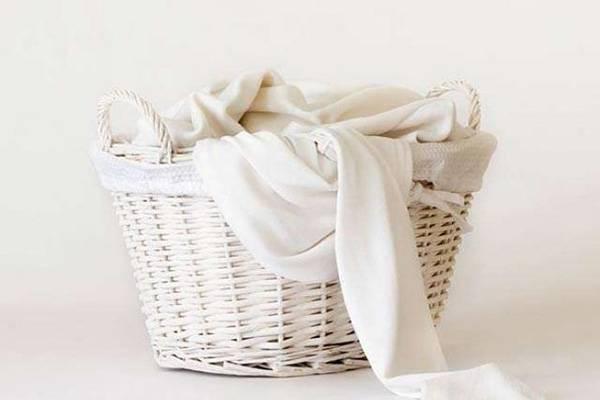 корзина с белым бельем