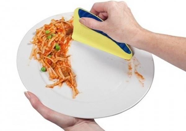 удалить с посуды все остатки еды