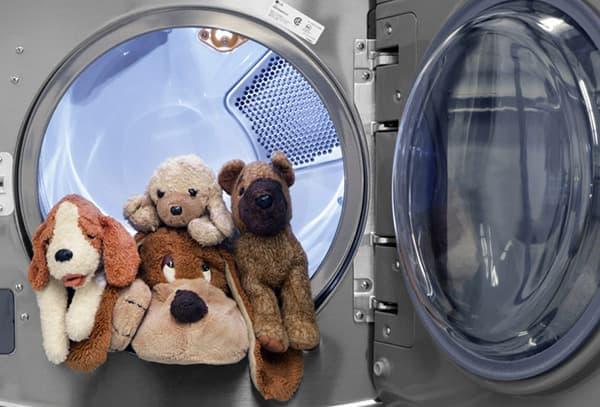 Мягкие игрушки в машинке