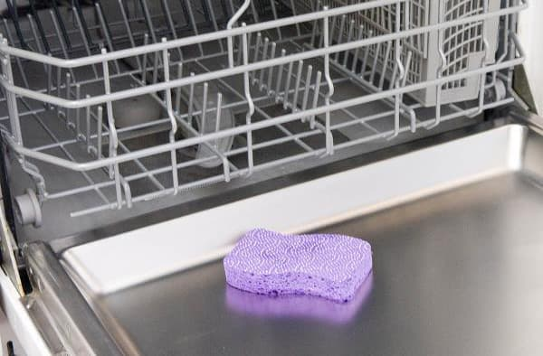 Сетчатый фильтр Эту деталь необходимо мыть один раз в неделю, если посудомоечной машиной пользуетесь ежедневно. Фильтр скапливает много жира, которые забивает ячейки и вызывает неприятный запах. Извлеченный фильтр промывают чистой водой или замачивают на 10–20 минут в растворе из мыла. Затем его нужно промыть чистой жидкостью и установить на место.