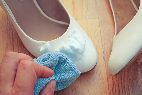 почистить белую лаковую обувь